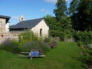 Jardin de curé - massif derrière la chapelle